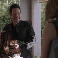 Lang se reúne con Cassandra, Margaret y Paxton.