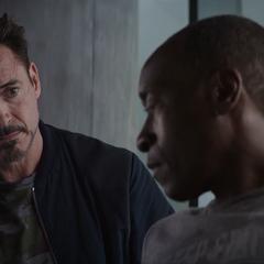Stark ayuda a Rhodes con su discapacidad.