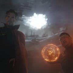 Wong y Strange revisan el cráter que dejó Bruce Banner.