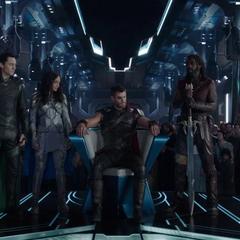 Loki apoya el ascensor de Thor al trono.