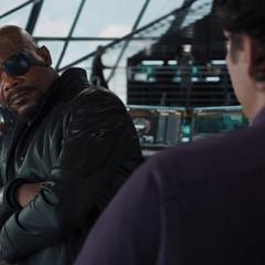 Fury explica a Banner la situación.