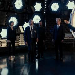 Pym al lado de Cross y sus contactos.