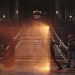 Strange lanza el portal hacia Thor y Loki.