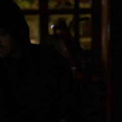 Murdock entra e inspecciona el club.