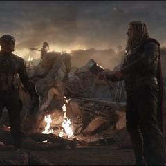 Thor le pide Rogers que le devuelva el Rompetormentas.