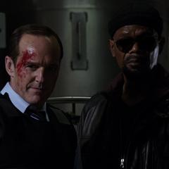 Fury y Coulson presencian la muerte de Garrett.