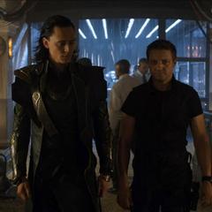 Loki y Barton exploran sus intalaciones.