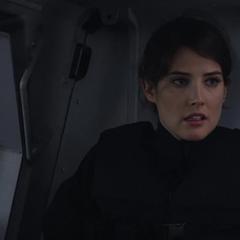 Hill disfrazada de guardia llega para liberar a Rogers, Wilson y Romanoff.