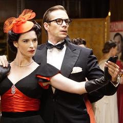 Jarvis bailando con Underwood en la fiesta.
