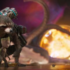 Rocket protege a Groot durante el conflicto.