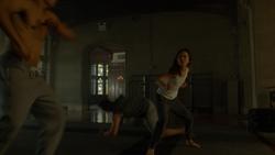 Elektra joven luchando
