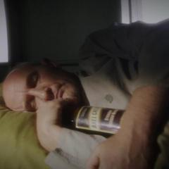 Fennhoff duerme abrazando su bourbon.