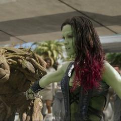Gamora le corta un brazo a Groot.