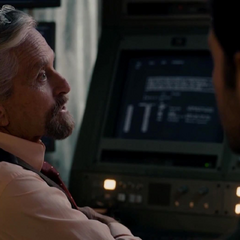 Pym le explica a Lang los detales de su plan.
