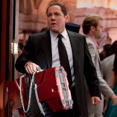 Hogan con el maletín del Mark V.