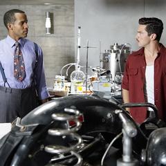 Stark trabaja con Wilkes para solucionar el problema.