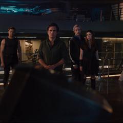 Wanda y el resto de los Vengadores viendo a Visión sostener el Mjolnir.
