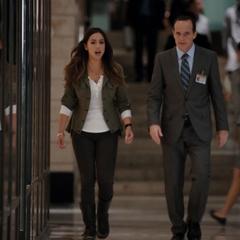 Skye explora los pasillos del Hub con Coulson.
