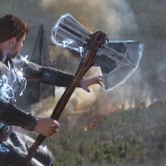 Thor a punto de destruir las naves de los Outriders.