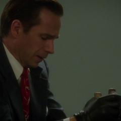Jarvis manipulando la barra de uranio.