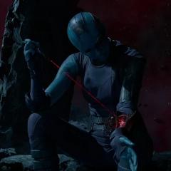 Nebula repara su brazo cibernético.