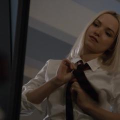 Ruby poniéndose su uniforme.
