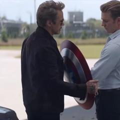 Rogers recupera su escudo por parte de Stark.