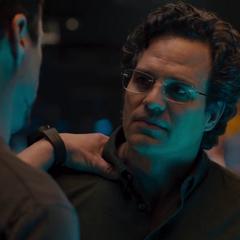 Banner escucha a Stark hablarle de Visión.