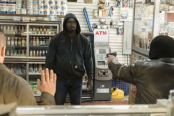 Cage confronta ladrones en tienda