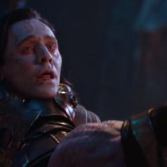 Loki es estrangulado por Thanos.