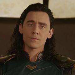 Loki escucha las críticas de Thor hacia él.