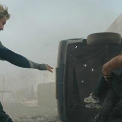 Pietro se sacrifica para salvar a Barton.