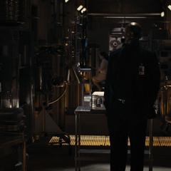 Fury se reune con Selvig en las instalaciones.