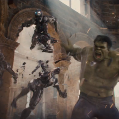 Hulk luchando contra los Centinelas de Ultrón.