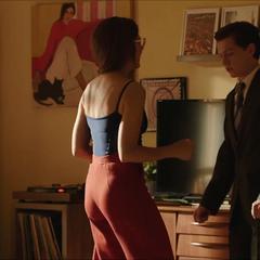 Maybelle le enseña a bailar a Peter.