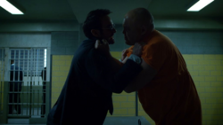 Murdock confronta a Fisk en prisión