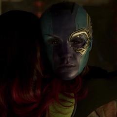 Nebula acepta el abrazo de Gamora.