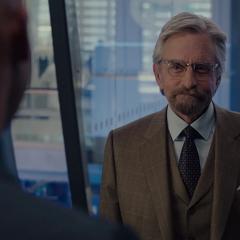 Pym se reúne con Cross para presentarle el resultado de su proyecto.