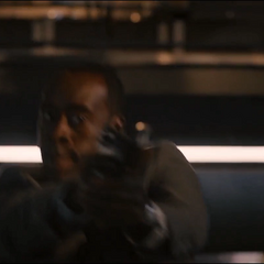 Rhodes le dispara a los centinelas.