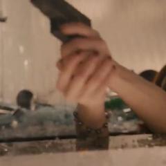 Romanoff le dispara a los centinelas.