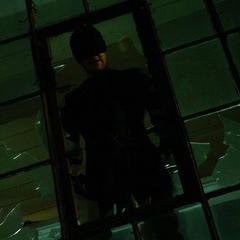 Murdock lanza a un Ruso de una ventana.