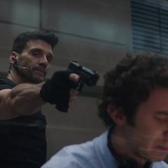 Rumlow amenaza a Klein a punta de pistola.
