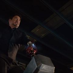 Stark intenta levantar el Mjolnir.