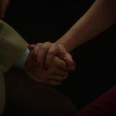 Carter y Sousa se toman de las manos.