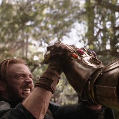 Rogers sostiene la mano de Thanos.