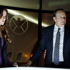 Skye cooperando con Coulson.