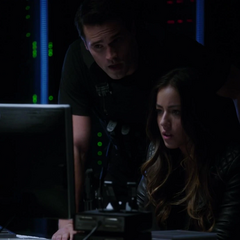 Skye y Ward piratean un sistema informático para ayudar a Coulson y May.
