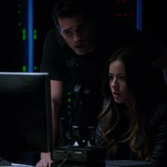 Skye piratea el sistema para ayudar a Coulson y May.