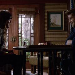 Skye y Campbell jugando backgammon.