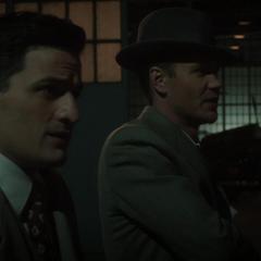 Thompson y Sousa antes de entrar al almacén de Stark.